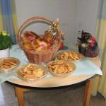 Unser Nachtisch dekorativ eingerichtet. Kulurakia und Tsureki mit griechischem Mokka