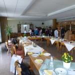 Die Weinverkostung über den gedeckten Tisch