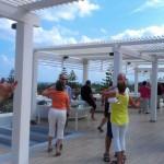 Der Tanzkurs mit Aussicht über den Pool zum Meer