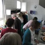 In der Küche werden die Vorspeisen, Salate und das Lamm für den Backoffen vorbereitet