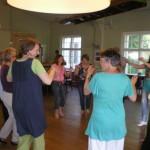 In der Gruppe tanzen schweisst die Teilnehmer zusammen. Tanzseminar in Wiesbaden mit Stamatis Vlachos